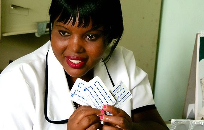 « Je pensais que la planification familiale était pour les personnes mariées et non pour les filles », a déclaré Blessings Sonkhanani, une infirmière au Malawi, en 2015. Elle a été formée pour fournir des informations et des soins en matière de santé sexuelle et reproductive aux jeunes. « Maintenant, je sais que toute personne en âge de procréer peut avoir accès à la planification familiale », at-elle dit. © UNFPA/Meaghan Charkowick